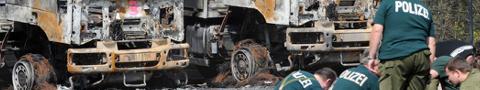 Brandanschlag auf den Bundeswehrfuhrpark in Dresden - Bullen sichern Spuren